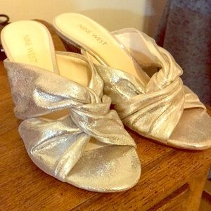 ❌SOLD❌Fabulous shiny silver wedges